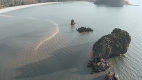 Il volo del fuco lungo Tanjung Ru Beach, nello stretto del Malacca, potete vedere la lingua di sabbia nel mare, sulla superficie  stock footage