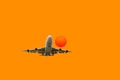 Il volo dell'aeroplano decolla dalla pista Fotografia Stock