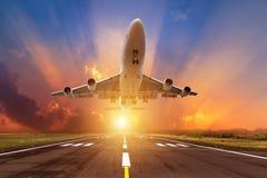 Il volo dell'aeroplano decolla dalla pista Immagini Stock Libere da Diritti