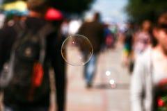 Il volo della bolla di sapone nella folla immagine stock libera da diritti