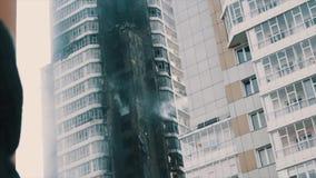 Il volo della corrente dell'acqua del pompiere dalla finestra di brucia il dormitorio stock footage