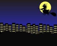Il volo della strega sopra la città alla notte, nei precedenti è la luna Fotografie Stock