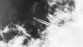 Il volo piano dalle nuvole immagine stock
