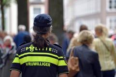 Il volontario della polizia sta guardando la folla fotografia stock