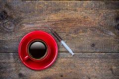 Il vostro colpo quotidiano di caffè con la tazza e la siringa Fotografia Stock Libera da Diritti