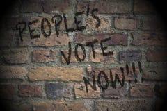 Il voto della gente ora scritto su un muro di mattoni Concetto di voto del referendum di Brexit secondo fotografie stock
