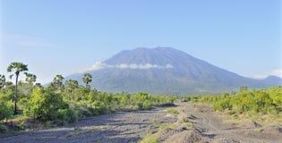 Il vulcano conico di Gunung Agung in Bali Fotografia Stock Libera da Diritti