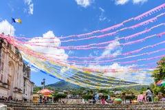 Il vulcano & la chiesa hanno ornato per il giorno di St John, Guatemala Fotografia Stock