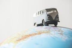 Il VW d'annata trasporta sul globo Fotografia Stock Libera da Diritti