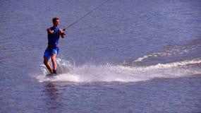 Il Wakeboarder guida un bordo immagine stock