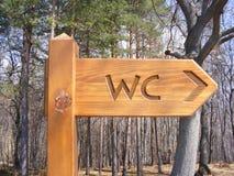 Il WC della toilette firma dentro la foresta Fotografie Stock