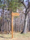 Il WC della toilette firma dentro la foresta Immagini Stock Libere da Diritti