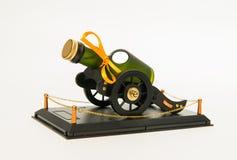 Il whiskey verde imbottiglia la piattaforma della ruota del carretto immagini stock libere da diritti