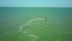 Il Windsurfer fa i cerchi sull'oceano aperto stock footage