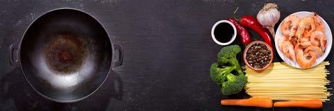 Il wok vuoto con gli ingredienti per la cottura delle scalpore ha fritto le tagliatelle con la s fotografia stock libera da diritti