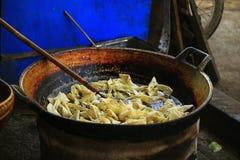 Il wonton della carne di maiale è fritto in una pentola immagine stock libera da diritti