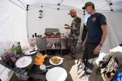 IL WYOMING DUBBIO: Due cacciatori nel campo che produce prima colazione in una tenda fotografia stock libera da diritti
