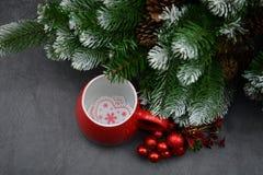 Il y a également une partie d'un arbre de Noël décoré de la neige et du stro artificiels Photos libres de droits
