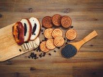 Il y a des morceaux de petit pain avec la graine d'oeillette Photos stock