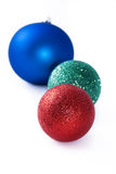 Il y a les boules rouges, vertes et bleues de Noël Photos libres de droits