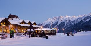 Il y a un restaurant dans la station de sports d'hiver de Rosa Khutor photographie stock libre de droits