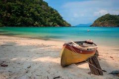 Il y a un vieux cano? orange sur le sable photos libres de droits