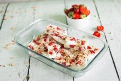 Il yogurt congelato sano scorteccia con la fragola ed il granola Immagine Stock Libera da Diritti