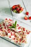 Il yogurt congelato sano scorteccia con la fragola ed il granola Fotografia Stock Libera da Diritti
