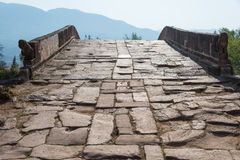 IL YUNNAN, CINA - 20 MARZO 2015: Ponte di Yujin alla villa antica di Shaxi immagini stock libere da diritti