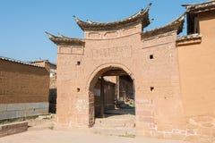 IL YUNNAN, CINA - 20 MARZO 2015: Portone dell'East Village a Shaxi antico Fotografie Stock