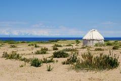 Il yurt sulla riva del lago Issyk-kul fotografia stock