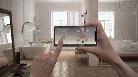 Ilar det hem- kontrollsystemet för fjärrkontrollen på ett digitalt telefonminnestavlan Apparat med app-symboler Inre av det minim fotografering för bildbyråer