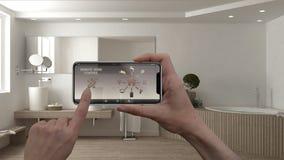 Ilar det hem- kontrollsystemet för fjärrkontrollen på ett digitalt telefonminnestavlan Apparat med app-symboler Inre av det minim arkivbild