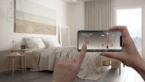 Ilar det hem- kontrollsystemet för fjärrkontrollen på ett digitalt telefonminnestavlan Apparat med app-symboler Inre av det minim royaltyfri bild