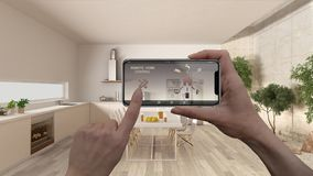 Ilar det hem- kontrollsystemet för fjärrkontrollen på ett digitalt telefonminnestavlan Apparat med app-symboler Inre av minimalis arkivfoton