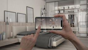 Ilar det hem- kontrollsystemet för fjärrkontrollen på ett digitalt telefonminnestavlan Apparat med app-symboler Inre av det minim royaltyfri foto