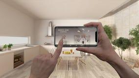 Ilar det hem- kontrollsystemet för fjärrkontrollen på ett digitalt telefonminnestavlan Apparat med app-symboler Inre av minimalis royaltyfri bild