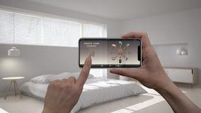 Ilar det hem- kontrollsystemet för fjärrkontrollen på ett digitalt telefonminnestavlan Apparat med app-symboler Inre av det minim royaltyfria bilder