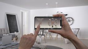 Ilar det hem- kontrollsystemet för fjärrkontrollen på ett digitalt telefonminnestavlan Apparat med app-symboler Inre av vardagsru arkivfoton