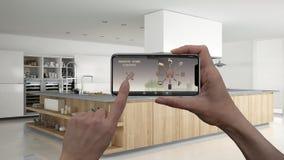 Ilar det hem- kontrollsystemet för fjärrkontrollen på ett digitalt telefonminnestavlan Apparat med app-symboler Inre av yrkesmäss arkivfoton