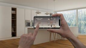 Ilar det hem- kontrollsystemet för fjärrkontrollen på ett digitalt telefonminnestavlan Apparat med app-symboler Inre av modern mi arkivbilder