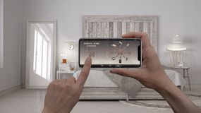 Ilar det hem- kontrollsystemet för fjärrkontrollen på ett digitalt telefonminnestavlan Apparat med app-symboler Inre av det moder royaltyfria bilder
