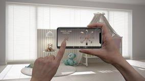 Ilar det hem- kontrollsystemet för fjärrkontrollen på ett digitalt telefonminnestavlan Apparat med app-symboler Inre av det moder royaltyfri bild