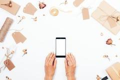 Ilar kvinnliga handhåll för bästa sikt telefonen med den tomma skärmen royaltyfria bilder