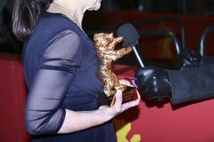 Ildiko Enyedi, detalle del premio, presenta con el oso de oro Fotografía de archivo