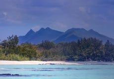 Ile辅助cerfs毛里求斯有沙滩和山的看法 免版税库存照片