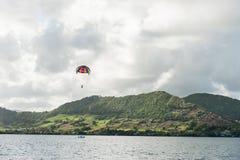 ILE CERFS AUX., ÎLES MAURICE - 6 OCTOBRE 2015 : Arrosez le divertissement avec le ycht et parachutez au-dessus de l'eau mauritius Images libres de droits