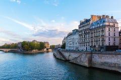 Ile de Ла Цитировать в Париже на сумраке Стоковая Фотография