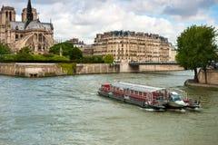 Ile de la Cite,从水的看法 库存图片