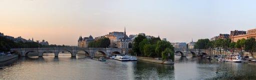 Ile de la Cite &塞纳河,巴黎Fra的黎明全景 免版税库存图片